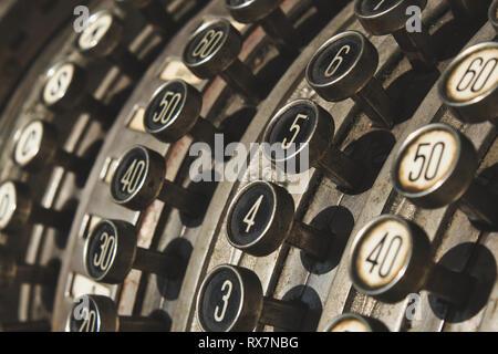 Nahaufnahme der nummerierten Schaltflächen auf antike Registrierkasse - Stockfoto