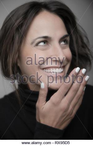 Portrait schöne junge brünette Frau lachend und Suchen - Stockfoto