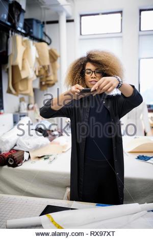 Weibliche Mode Designer fotografieren Dress pattern - Stockfoto