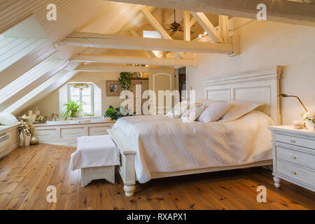 King Size antike hölzerne Bett im Schlafzimmer im Dachgeschoss eines alten (ca. 1840) Canadiana cottage Style Home, Quebec, Kanada. Dieses Bild ist Eigenschaft - Stockfoto