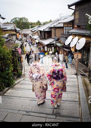 Kyoto, Japan - 15 Okt 2018: Eine Gruppe von weiblichen Touristen das Tragen der traditionellen japanischen kimono Kleid in den Straßen der Altstadt von Kyoto. - Stockfoto