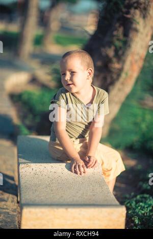 Outdoor Portrait von niedlichen kleinen lächelnden Jungen - Stockfoto
