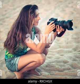 Porträt einer schönen Frau, Fotograf mit der Kamera - Stockfoto