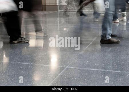 Menschen zu Fuß in einem Mall - Stockfoto
