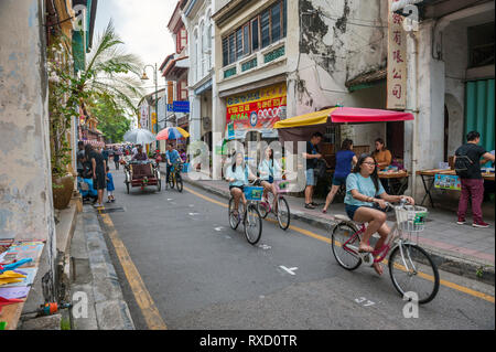 Touristen auf Armenian Street in die World Heritage District, Georgetown, Penang, Malaysia. - Stockfoto