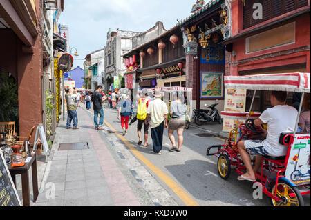 Touristen auf Armenian Street in Georgetown, Penang. Im Herzen des World Heritage District, die Straße ist bekannt für seine alten Clan Tempel bekannt und - Stockfoto