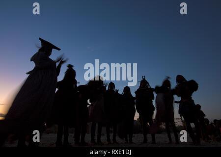 Himba und herero Frauen zusammen tanzen - Stockfoto