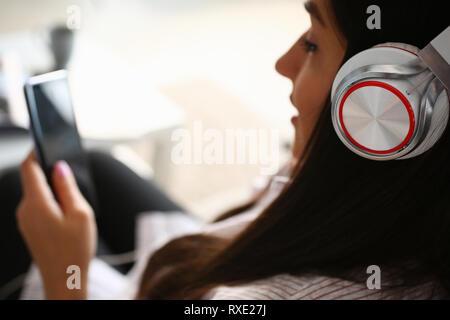 Junge schöne Frau suchen Kamera hält