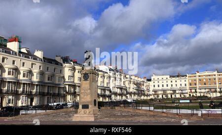 BRIGHTON, East Sussex, England, Vereinigtes Königreich - Februar 7, 2019: Regency Square in Brighton, eine aus dem frühen 19. Jahrhundert Wohnentwicklung. - Stockfoto