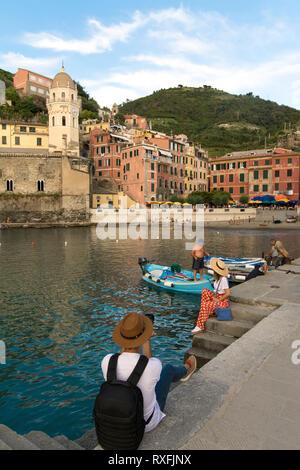 Geschützten Hafen von Vernazza, eine Gemeinde in der Provinz von La Spezia, Ligurien, nordwestlichen Italien. Es ist eines der fünf Städte, die die Region Cinque Terre machen - Stockfoto