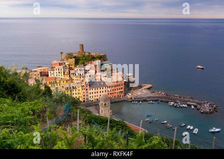 Geschützten Hafen von Vernazza, eine Gemeinde in der Provinz von La Spezia, Ligurien, nordwestlichen Italien. Es ist eines der fünf Städte, die - Stockfoto