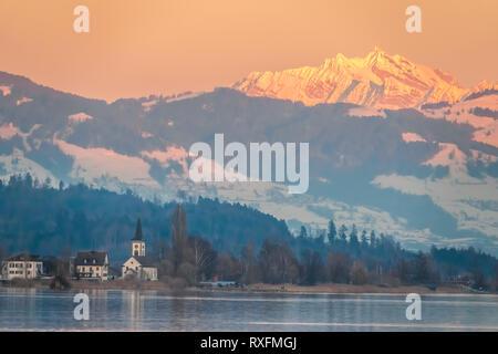 Wunderschönen Sonnenaufgang am Ufer des Oberen Zürichsee (Obersee) zwischen dem Dorf Hurden (Seedam, Schwyz) und Rapperswil (Sankt Gallen), Switze - Stockfoto