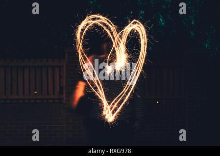 Ein großes Herz, gezeichnet mit einer Wunderkerze - Stockfoto