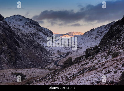 Letzte Licht auf die Llanberis Pass im Winter, Snowdonia National Park, Gwynedd, Wales, Großbritannien - Stockfoto