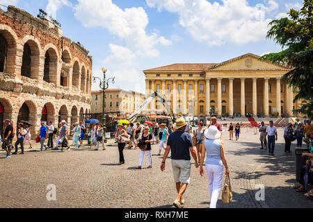 VERONA ITALIEN - 25. JUNI 2016: Bild von Piazza Bra mit Touristen und ein Blick auf das Rathaus mit der Arena di Verona auf der linken Seite in einem Sunn - Stockfoto