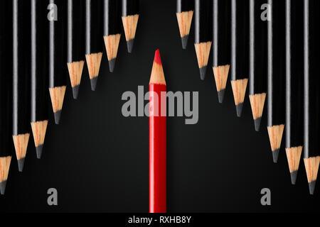 Das Konzept der Unterbrechung, Führung oder anders denken; roter Stift Division Reihe schwarze Bleistifte in entgegengesetzte Richtung; minimale Konzept - Stockfoto
