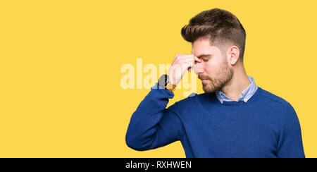Junge schöne bussines Mann Müde rieb Nase und Augen Gefühl der Müdigkeit und Kopfschmerzen. Stress und Frustration Konzept. - Stockfoto