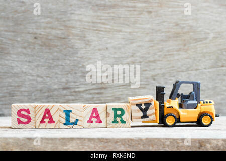 Spielzeug Gabelstapler Buchstaben gedrückt. block y Wort Gehalt auf Holz Hintergrund abzuschließen - Stockfoto
