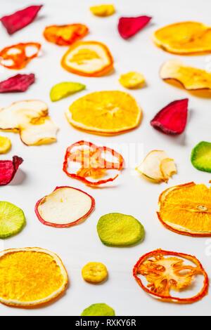 Gemüse, getrocknet Gemüse und Früchte auf einem weißen Hintergrund. Auf Basis pflanzlicher Nahrung Konzept. - Stockfoto