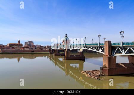 Saint Pierre Brücke über den Fluss Garonne in Toulouse, mit der Kuppel de La Grave im Hintergrund - Stockfoto