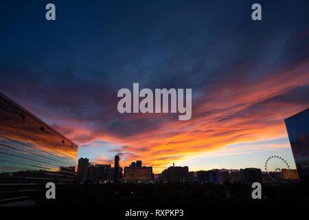 Sonnenuntergang leuchtenden Wolken, vom Hard Rock Hotel, Las Vegas, Clark County, Nevada, Amerika übernommen - Stockfoto