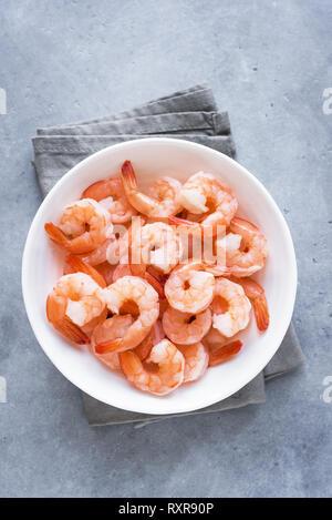 Garnelen in der Schüssel, Ansicht von oben, kopieren. Frische Meeresfrüchte Zutat - Garnelen Schwänze bereit für das Kochen. Gekochte Garnelen. - Stockfoto