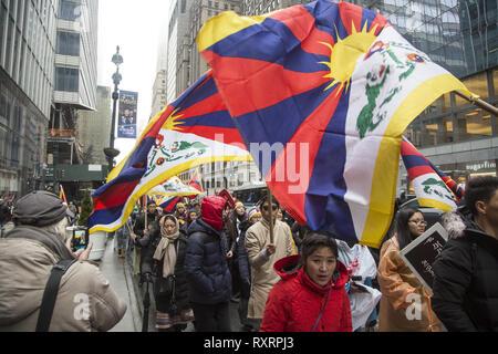 New York, USA. 10. Mär 2019. Tibeter im Exil in New York City bei den Vereinten Nationen versammelten sich am 10. März 2019, Kennzeichnung des 60. Jahrestages des tibetischen Aufstands und dem chinesischen Konsulat marschierten die andauernde Besetzung von Tibet und die Unterdrückung der tibetischen Bevölkerung und Kultur zu protestieren. Quelle: David Grossman/Alamy leben Nachrichten - Stockfoto