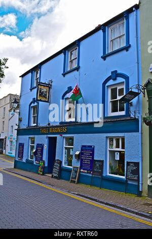 Drei Seemänner Public House in St George's Street, Tenby, W. Wales. Beliebtes Pub mit Einheimischen und Touristen, das eine traditionelle Palette von Ales und Pub - Stockfoto