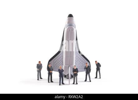 Start Konzept. Zahlen der Geschäftsmann mit Space Shuttle auf weißem Hintergrund - Stockfoto