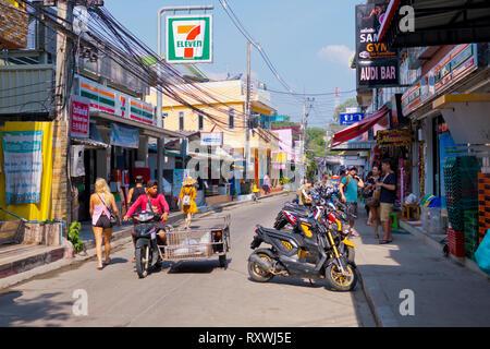 Moo 4, der Hauptstraße, zwischen Pier und Sai Kaew Beach, Ko Samet, Thailand - Stockfoto