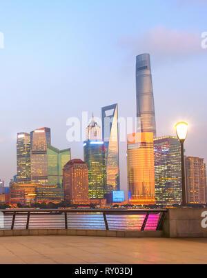 Die moderne Skyline von Shanghai mit Wolkenkratzern in Abenddämmerung beleuchtete, China - Stockfoto