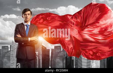 Konzept der Macht und Erfolg mit Geschäftsmann Superhelden in der großen Stadt - Stockfoto