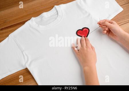 Mädchen mit besticktem Herz patch - Stockfoto