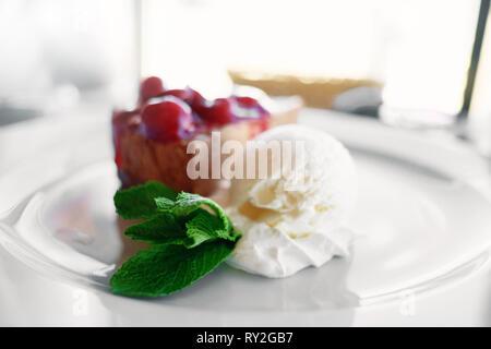 Nachtisch Eis Schokolade Kuchen Kirsch Mint im Cafe - Stockfoto