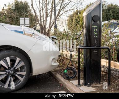 Nissan Elektroauto in Parkplatz aufgeladen - Stockfoto