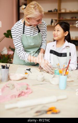 Kunst Lehrer helfen asiatische Mädchen