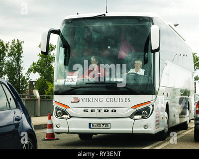 KEHL, Deutschland - Apr 28, 2018: Außenansicht der Frau, die modernen Setra Bus die Stadt bei Tageslicht Viking Kreuzfahrten - Stockfoto