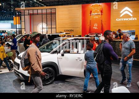 PARIS, Frankreich - Okt 4, 2018: Kunden und neugierige Menschen bewundern die neuen Citroen C3 Aircross Hybrid-SUV auf internationaler Auto Messestand der Mondial Paris Motor Show - Stockfoto