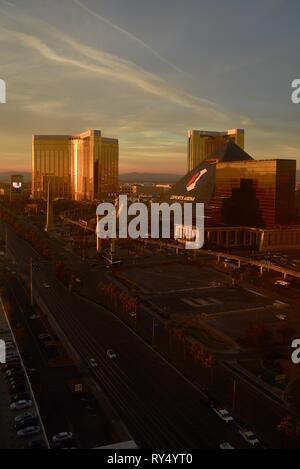 Antenne golden Sunrise am Las Vegas Strip in der Nähe von Luxor, Mandalay Bay, Delano und Excalibur, mit HyperX Esports Arena für Gamer, Las Vegas, USA - Stockfoto