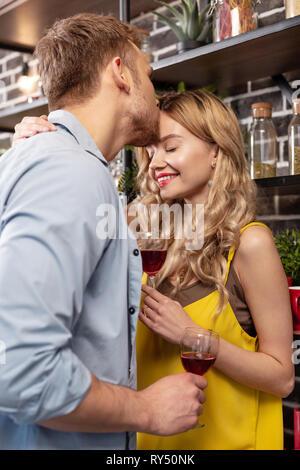 Mann und seinem schönen strahlenden Frau, während das Trinken von Wein - Stockfoto
