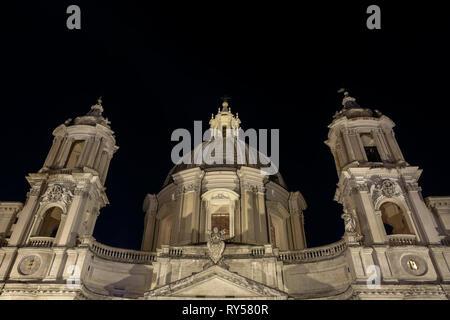 Piazza Navona Square, von Borromini Saint Agnese in Agone Kirche. Vor niedrigen Winkel Ansicht bei Nacht. Rom, Italien, Europa. Kopieren Sie Platz. - Stockfoto