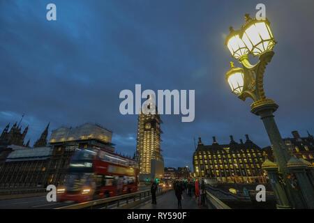 Houses of Parliament, London, UK. Elizabeth Tower als von Westminster Bridge gesehen. Elizabeth Tower ist auch als Big Ben bekannt. Langzeitbelichtung Nacht ph - Stockfoto