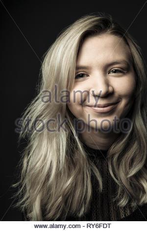 Portrait zuversichtlich, schöne junge Frau mit blondem Haar und Nase Ring - Stockfoto