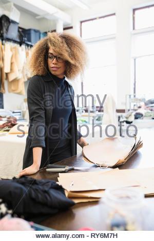 Weibliche Mode-Designer arbeiten im studio - Stockfoto