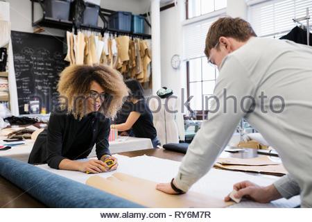 Mode-Designer arbeiten im studio - Stockfoto