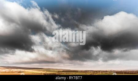 Dramatische Himmel mit dunklen Wolken über das hügelige Harzvorland in der Nähe der Oker, Luftbild mit der Drohne