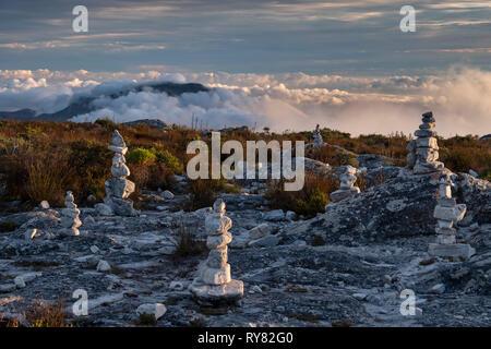 Rock Stapel auf dem Tafelberg, unterstützt durch die constantiaberge Mountain, Cape Town, Western Cape, Südafrika - Stockfoto