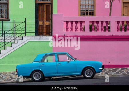 Alte blaue Ford Cortina Auto vor Bunten Häusern von Bo Kaap, Cape Town, Western Cape, Südafrika - Stockfoto