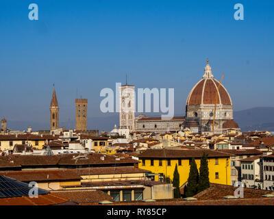 Kathedrale von Santa Maria del Fiore in Florenz und der Taufkapelle aus der Ferne gesehen