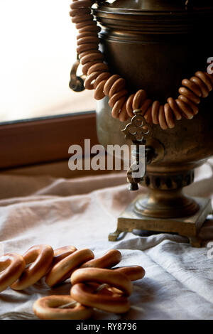Russische alten Samowar mit einem Bündel von Schafen. Die Tradition der Kaffee trinken - Stockfoto